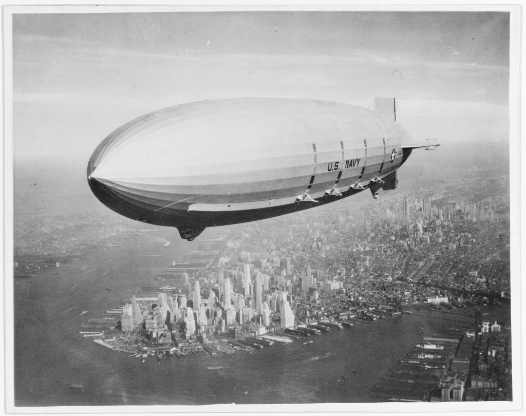 Il dirigibile ZRS 5 USS Macon, della U.S. Navy, in volo su Manhattan nel 1933. @Naval History and Heritage Command Washington