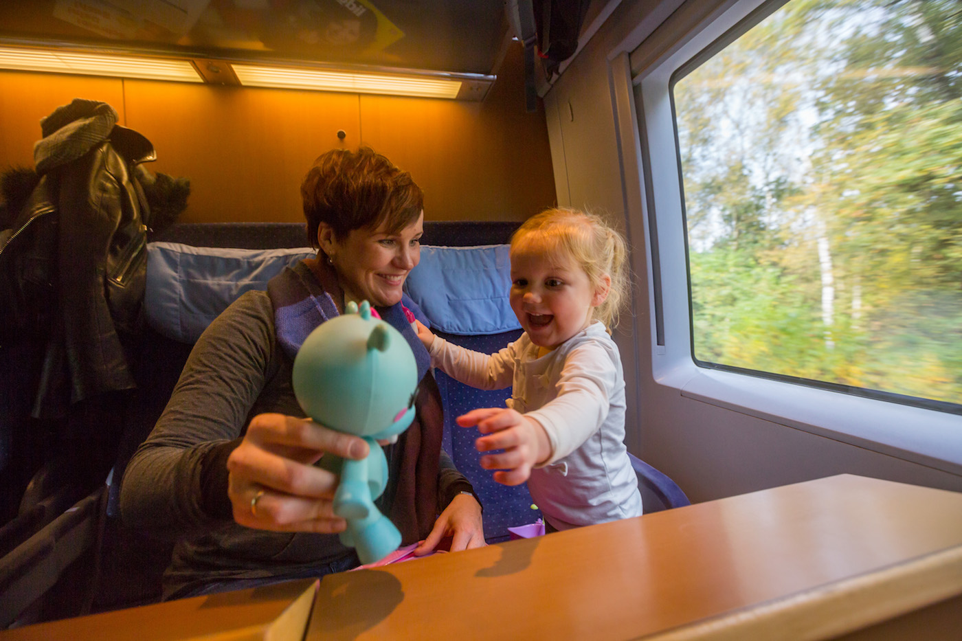 Interrail_Mother-and-daughter-playing-in-German-ICE-highspeed-train_