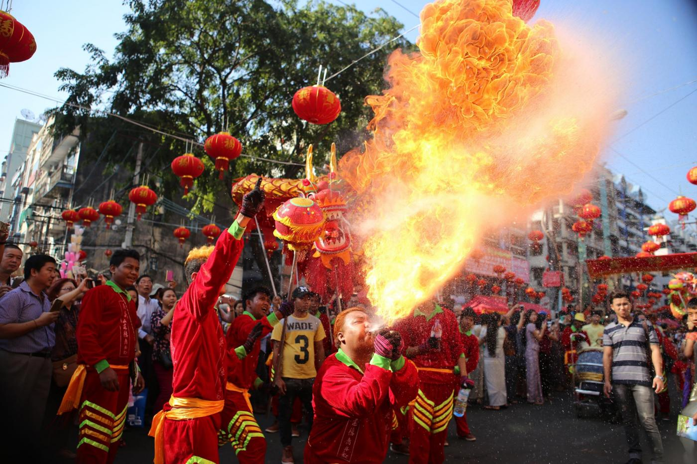 (170128) -- YANGON, Jan. 28, 2017 (Xinhua) -- Dragon dancers perform during the Chinese Lunar New Year celebration in the Chinatown of Yangon, Myanmar, Jan. 28, 2017. Myanmar-Chinese began a grand celebration of the traditional Chinese New Year here on Saturday. (Xinhua/U Aung) ****Authorized by ytfs****