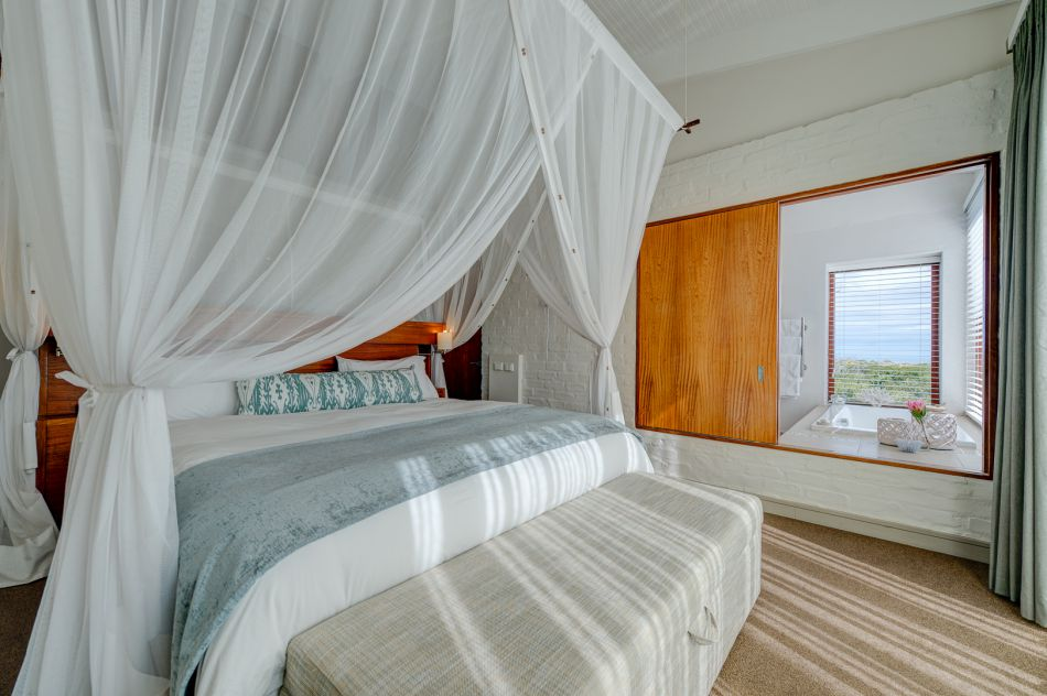 pic1357forest-lodge-luxury-pool-suites-2