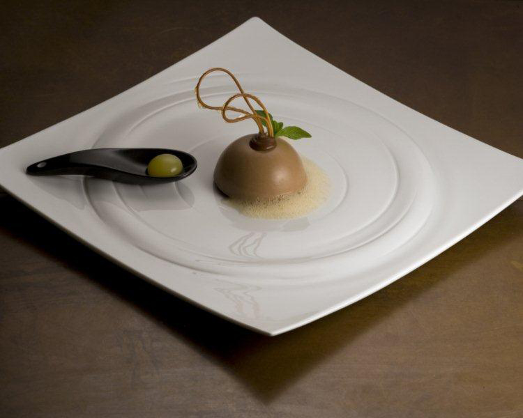 03_mousse-al-cioccolato-e-creme-brulee-allarancia-servita-con-arancio-sferificato