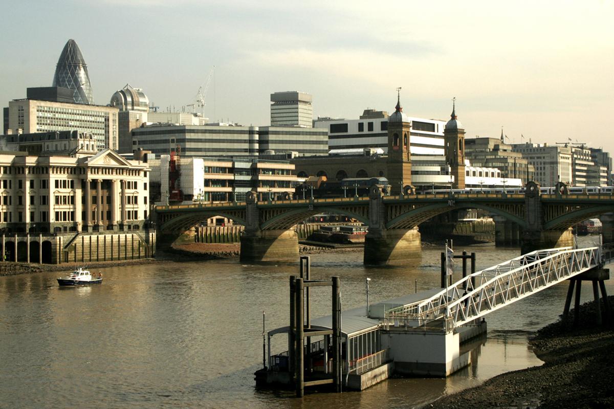 Southwark Bridge, vista verso la city e l'edificio simbolo di Foster