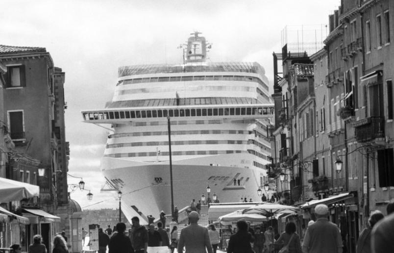 le-grandi-navi-da-crociera-invadono-venezia_gal_autore_12_col_portrait-2