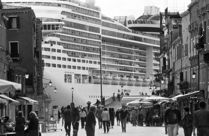 le-grandi-navi-da-crociera-invadono-venezia_gal_autore_12_col_portrait-3