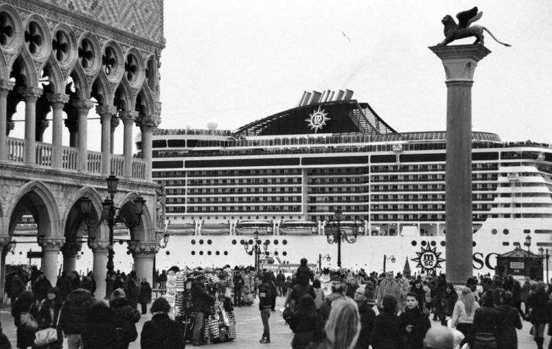 le-grandi-navi-da-crociera-invadono-venezia_gal_autore_12_col_portrait-4