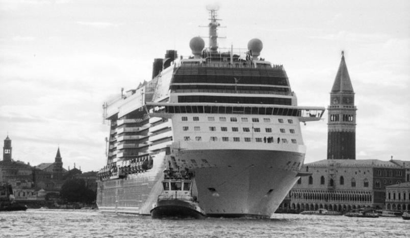 le-grandi-navi-da-crociera-invadono-venezia_gal_autore_12_col_portrait-5