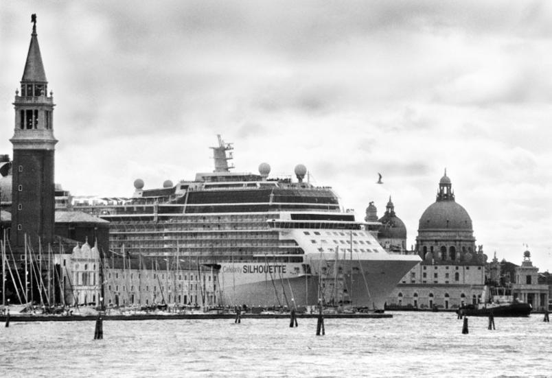le-grandi-navi-da-crociera-invadono-venezia_gal_autore_12_col_portrait-6
