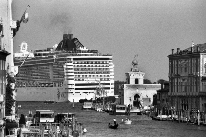 le-grandi-navi-da-crociera-invadono-venezia_gal_autore_12_col_portrait-7