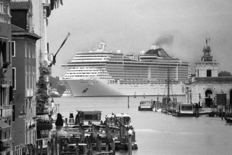le-grandi-navi-da-crociera-invadono-venezia_gal_autore_12_col_portrait-8