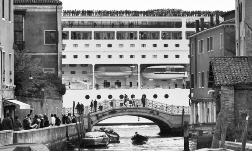 le-grandi-navi-da-crociera-invadono-venezia_gal_autore_12_col_portrait