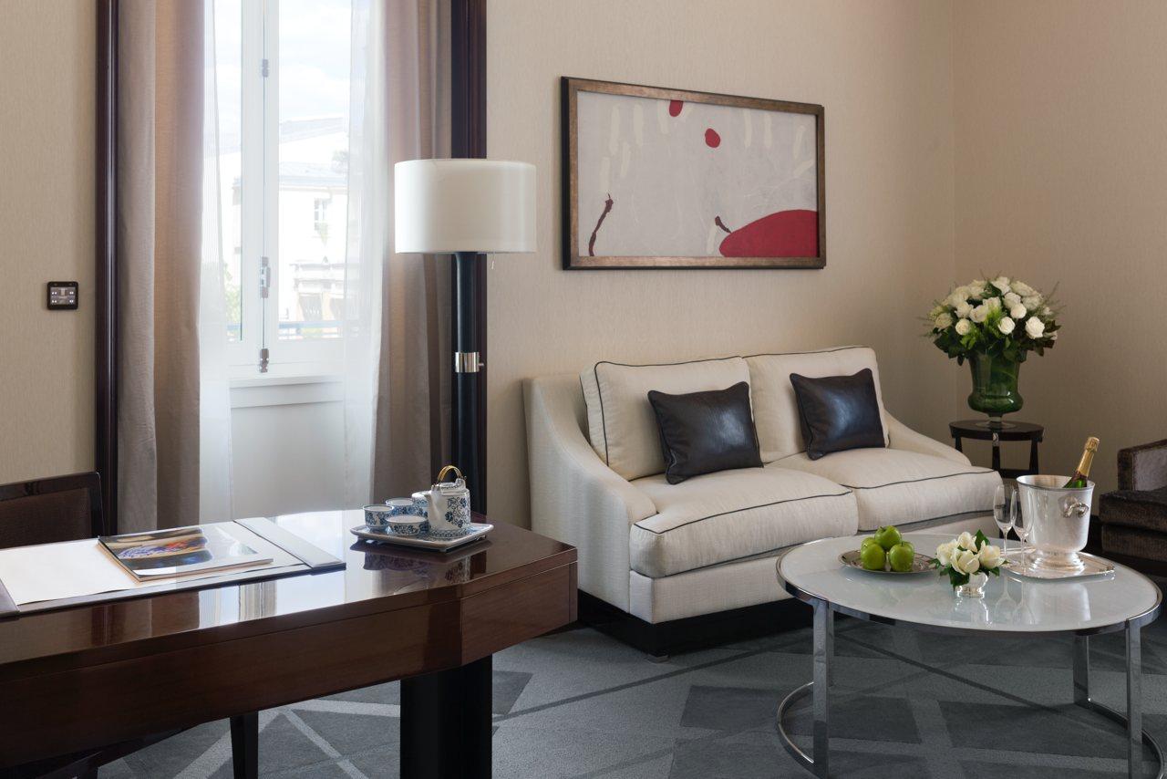 deluxe-suite-living-room1