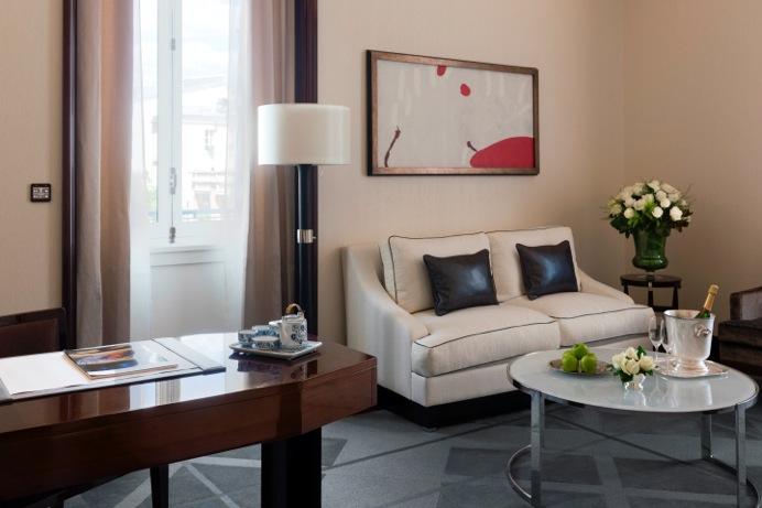 deluxe-suite-living-room-1-3372082