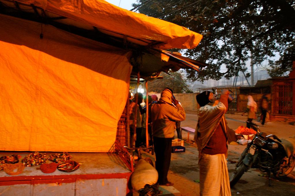 I venditori si preparano sugli accessi ai ghat
