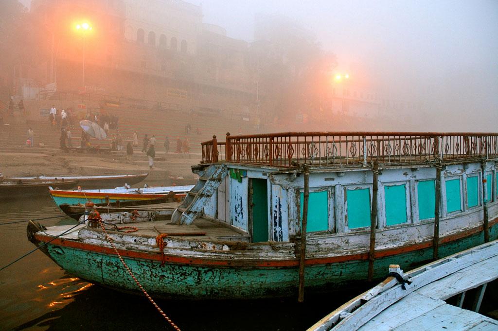 Barche ormeggiate sui ghat