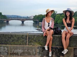 Donne-con-il-cappello-sul-ponte-carlo