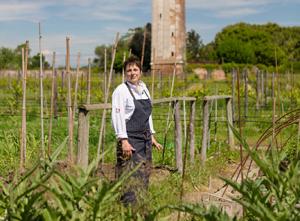 Antonia-Klugmann-negli-orti-della-tenuta--di-Venissa---Photo-©Mattia-Mionetto-