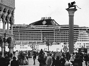 Le-grandi-navi-da-crociera-invadono-Venezia_berengo-gardin-300