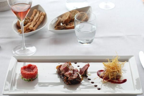 Tre declinazioni Chianina_tartare_tagliata su zocco di cipolla glassata vin cotto e hamburger copia