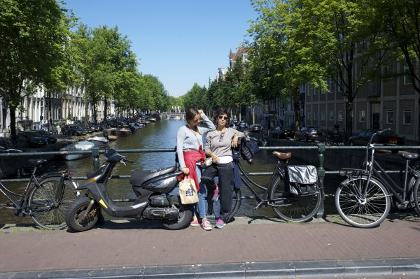 Sara e Marghe ad Amsterdam. Foto di Maurizio Pancotti