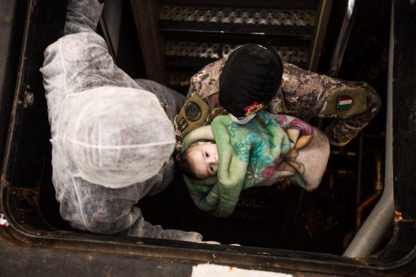 Operazione Mare Nostrum, salvataggio di 443 naufraghi siriani a bordo di un peschereccio da parte della fregata FREMM Bergamini della Marina Militare al suo primo impiego in questo tipo di operazioni. 2014-06-05 © Massimo Sestini