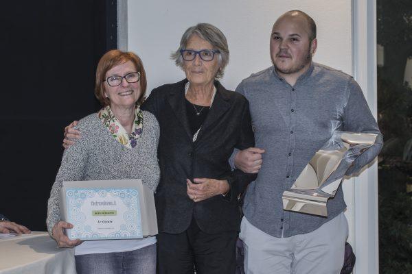 Teresa Cremona consegna i premi a Le Occare, a sinistra, e CIasa Salares, a destra.