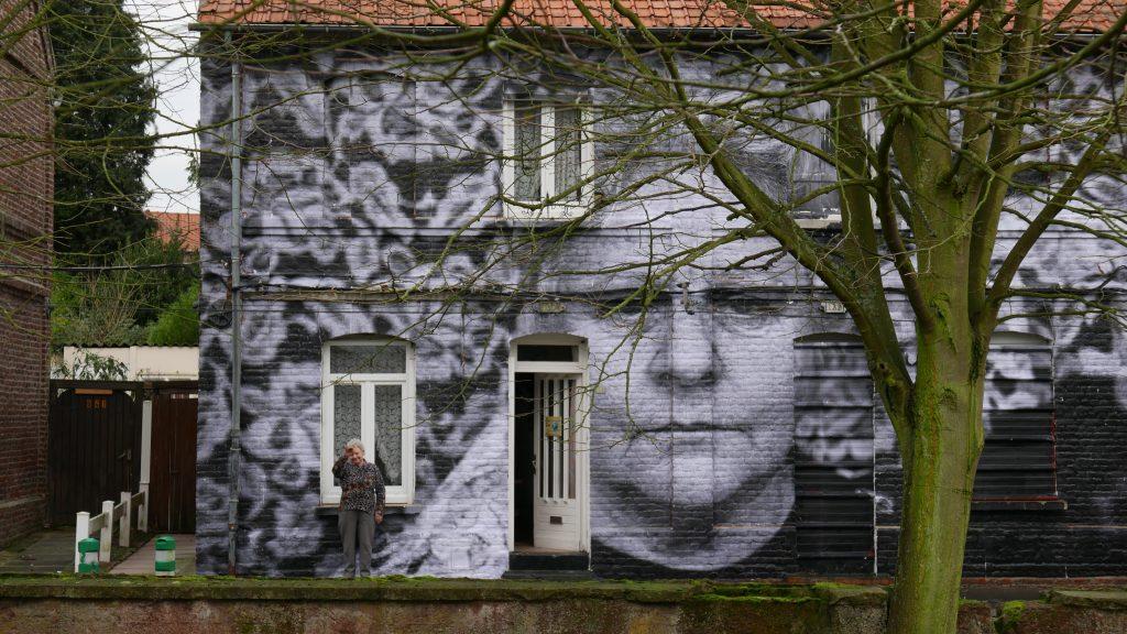 17_Jeanine devant sa maison ornee de son collage_©Agnès Varda-JR-Ciné-Tamaris, Social Animals 2016