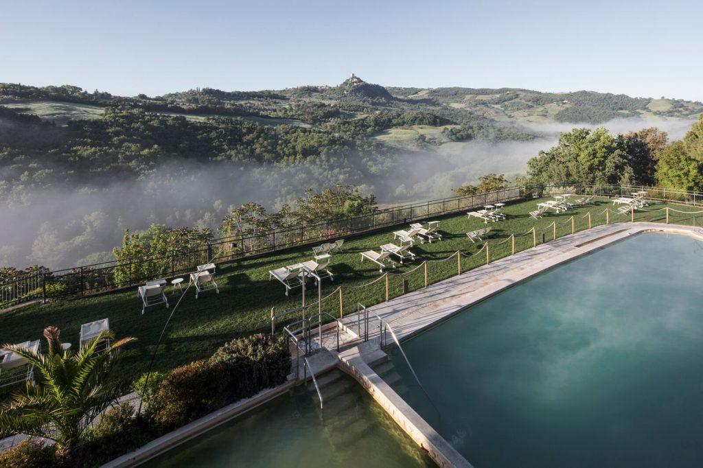 La piscina esterna del Posta Marcucci di Bagno Vignoni in Val d'Orcia