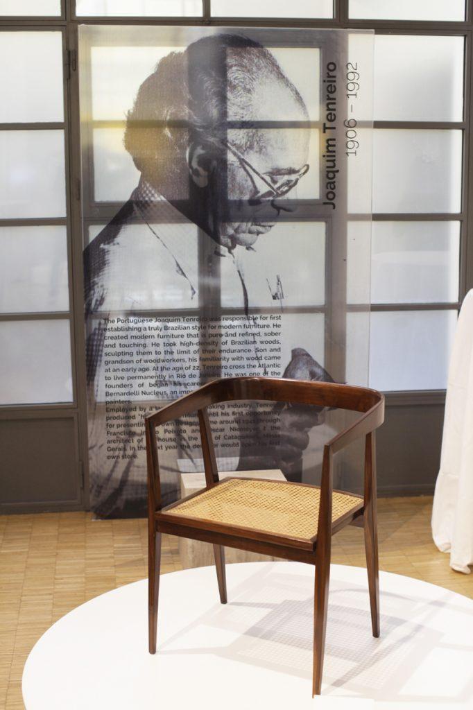 Sedia progettata da Joaquim Tenreiro, noto designer e artista visuale nato in Portogallo ma vissuto in Brasile