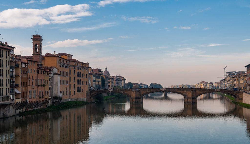 Il fiume Arno visto dal Ponte Vecchio e, sulla sinistra, le case di Oltrarno