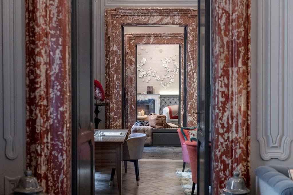 Sala della musica, salotto, cabina armadio e camera sono tutte collegate da porte incorniciate nel marmo