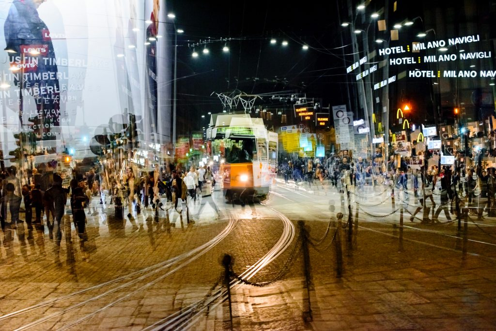 Il tram in piazza XXIV maggio, a Milano. Foto di @FrancescaRomano