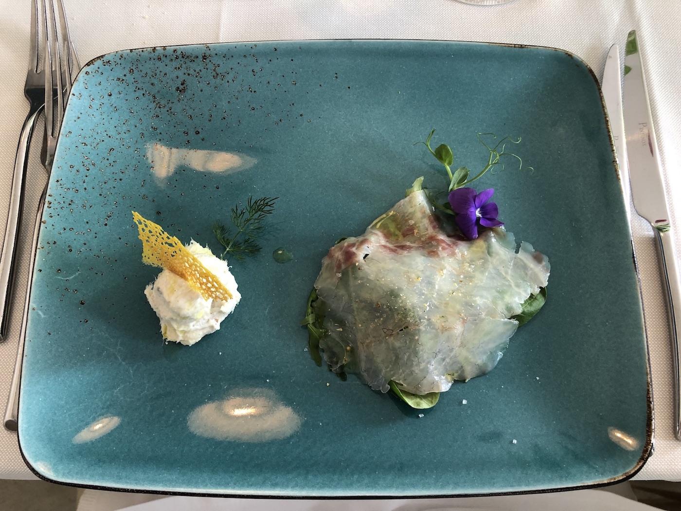 Baccalà mantecato e carpaccio di branzino serviti come antipasto alla Bottega dei sapori