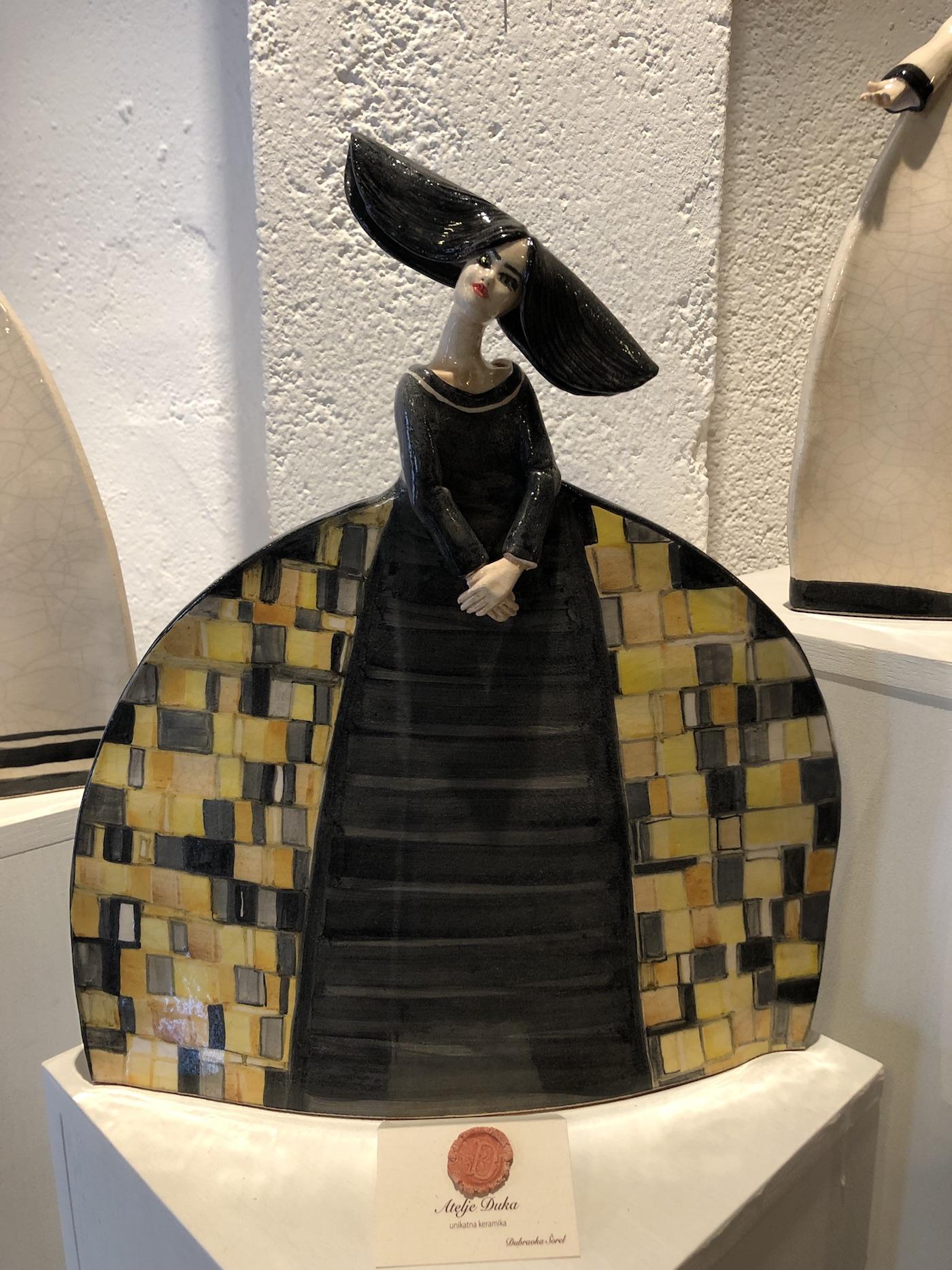 Una donnina di cermaica creata nel laboratorio artistico Atelje Duka