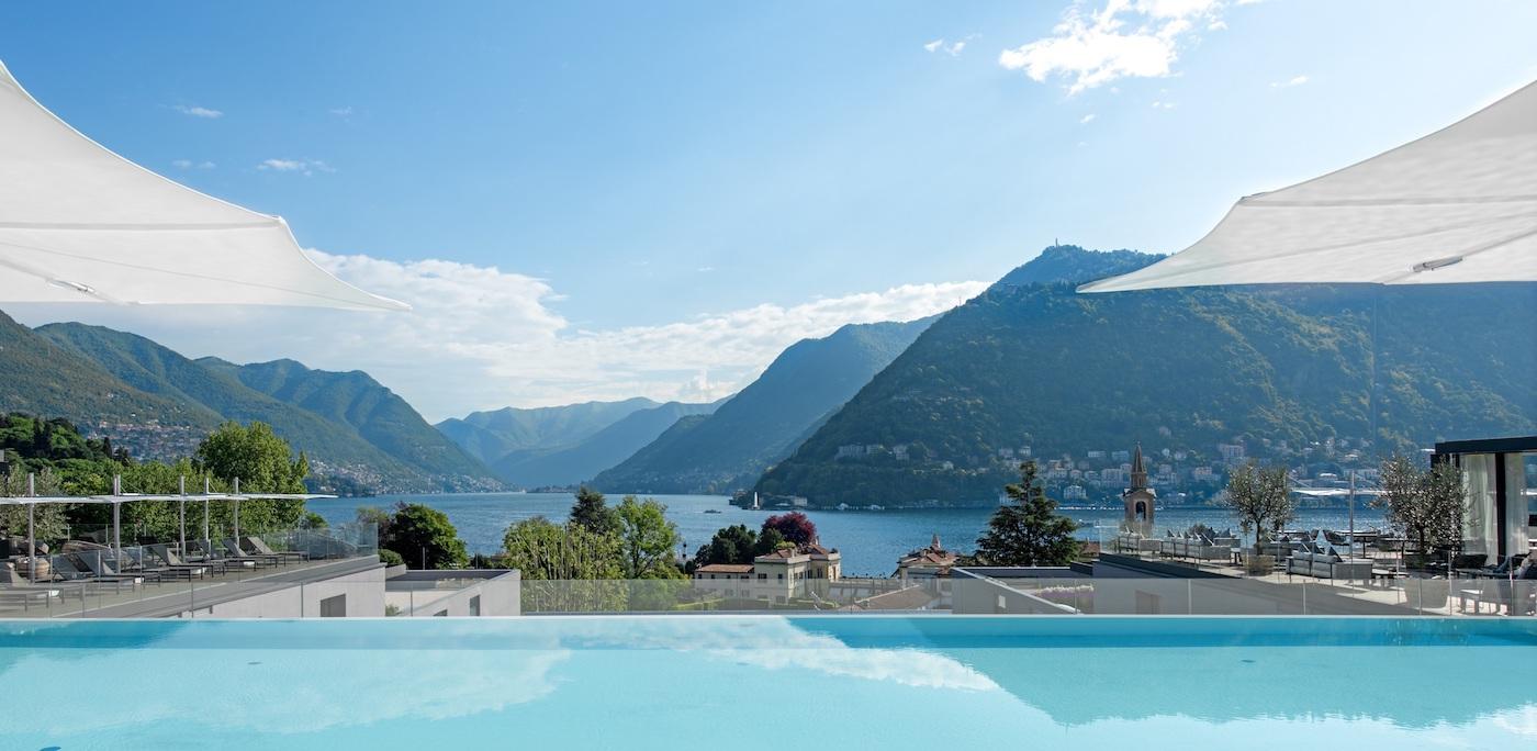 """La """"roof terrace"""" con piscina dell'Hilton Lake Como"""