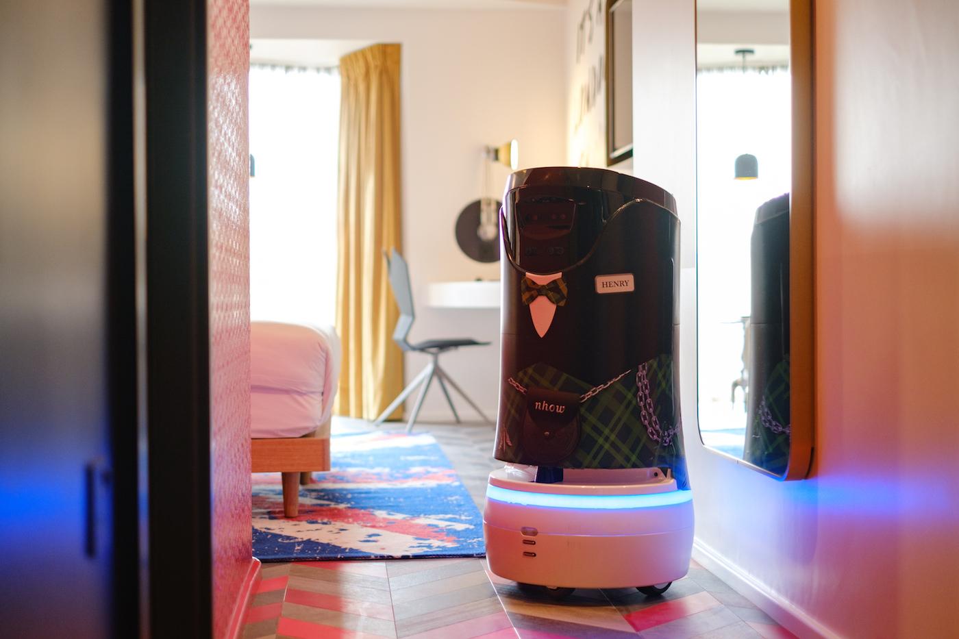 Rendering di una stanza del nhow London con il maggiordomo robot Henry