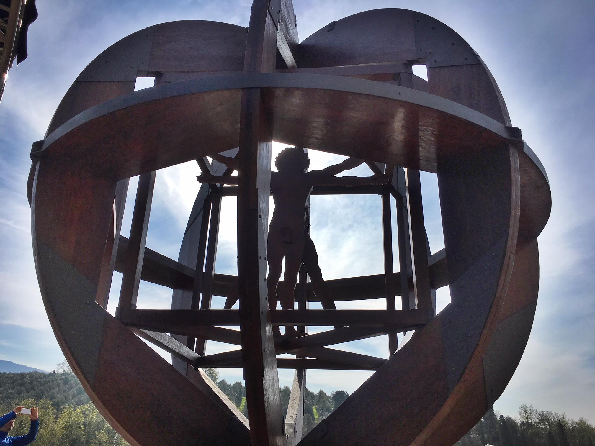 Squilibrio scultura di Mario Ceroli (foto di Germana Cabrelle)