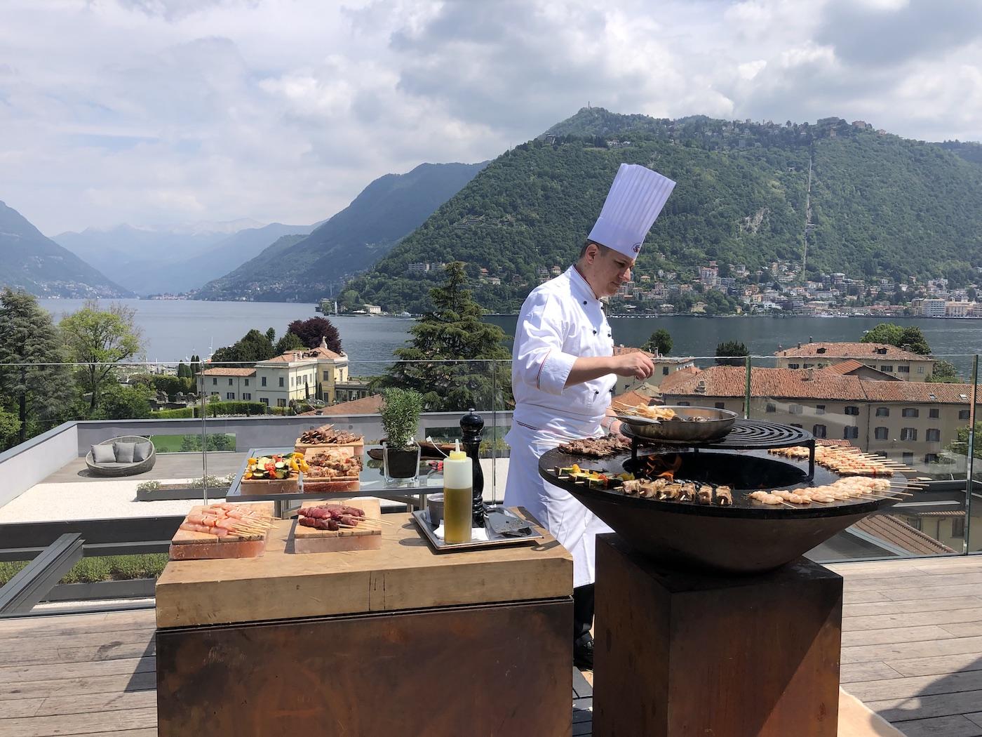 """Barbecue sulla """"roof terrace"""" dell'Hilton Lake Como"""