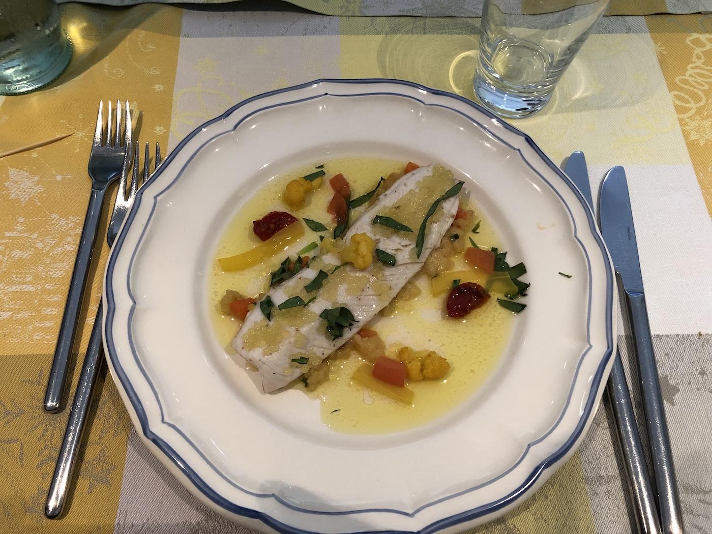 Un piatto di pesce servito al ristorante Manoir Kasselslay di Clervaux-Roder