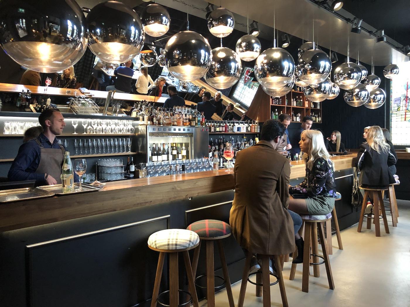 Il bancone del bar del ristorante Um Plateau