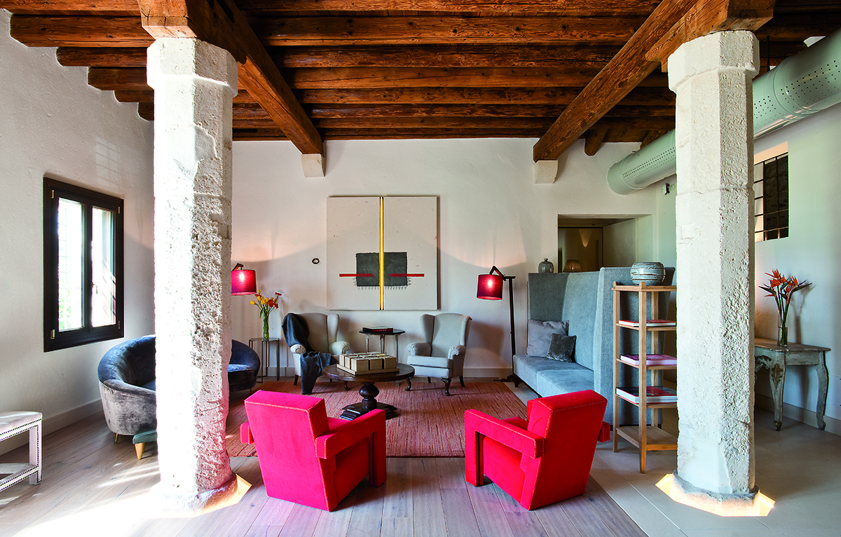Most of the rooms are in the Barchessa, which was the servants' place of work. The building has been completely refurbished and transformet into a contemporary hotel, with a collection of design furniture