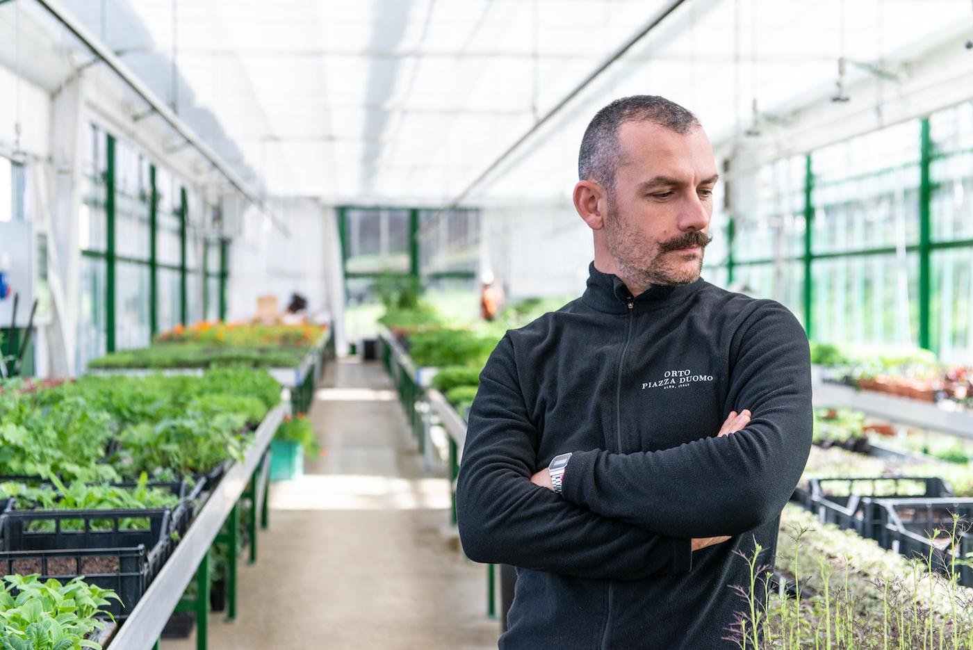 Enrico Costanza, uno dei giardinieri-ortolani dell'Orto di Piazza Duomo - foto Stefano Borghesi