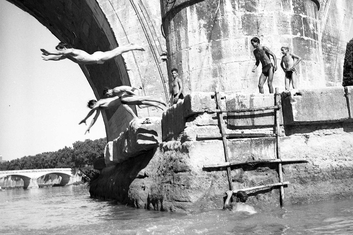 Tuffi nel Tevere, Roma, 23 luglio 1953.