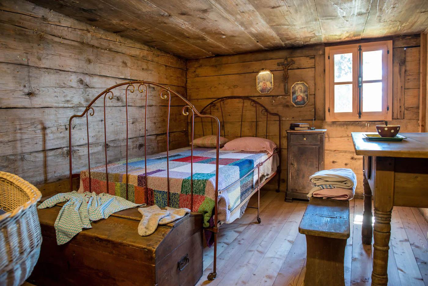 La ricostruzione di un'antica camera da letto nell'Ecomuseo di Colombire - foto Crans-Montana Tourisme & Congrès/Olivier Maire