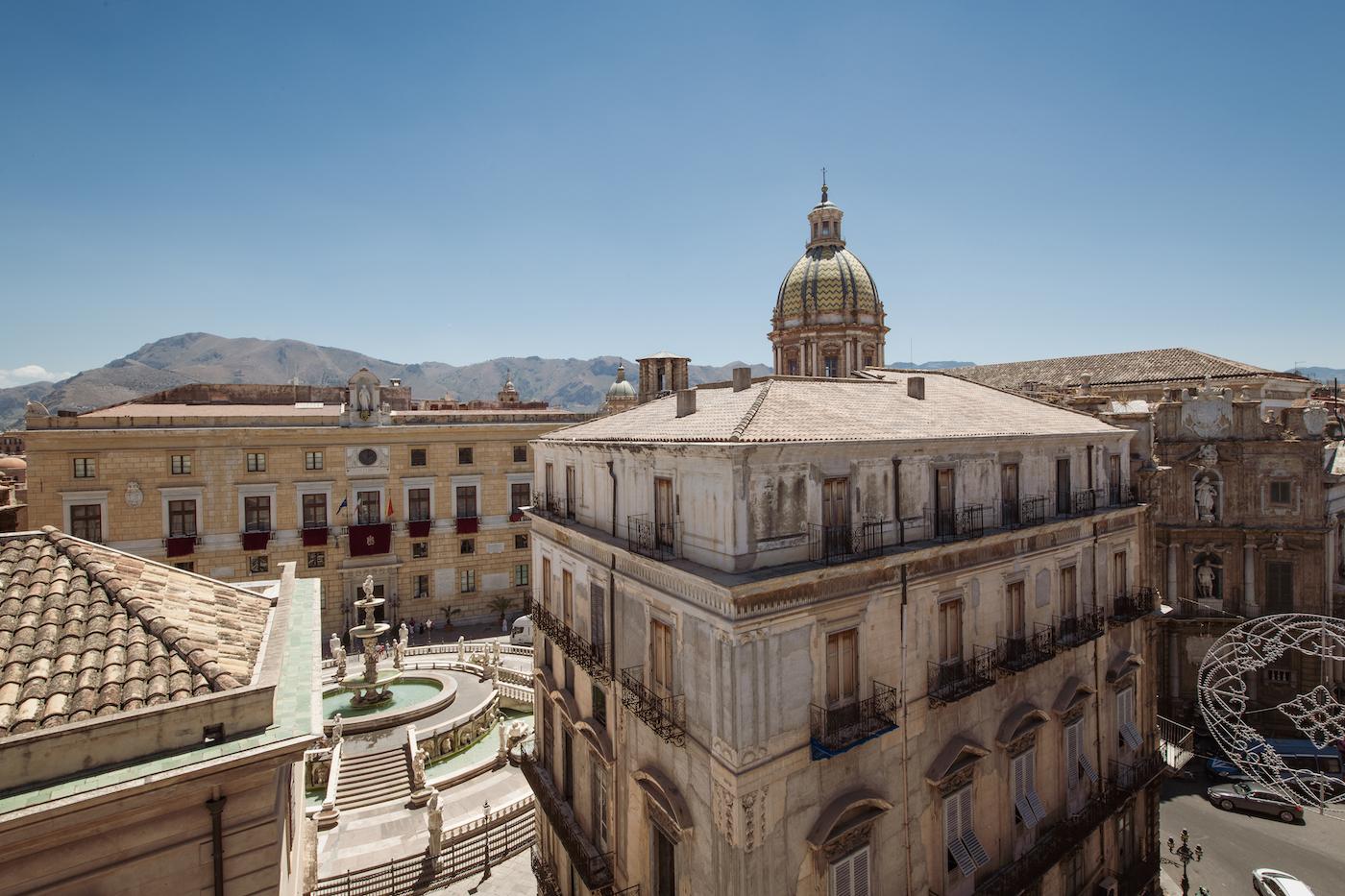 La vista dalla terrazza del B&B Hotel Palermo Quattro Canti: piazza Pretoria con l'omonima fontana
