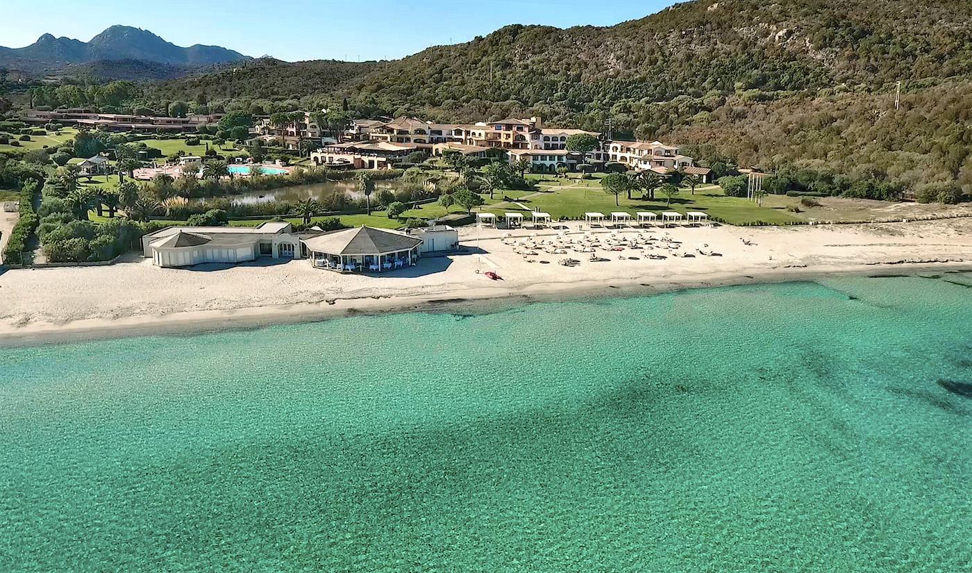 La spiaggia di Marinella e, sullo sfondo, l'Abi d'Oru Hotel & Spa