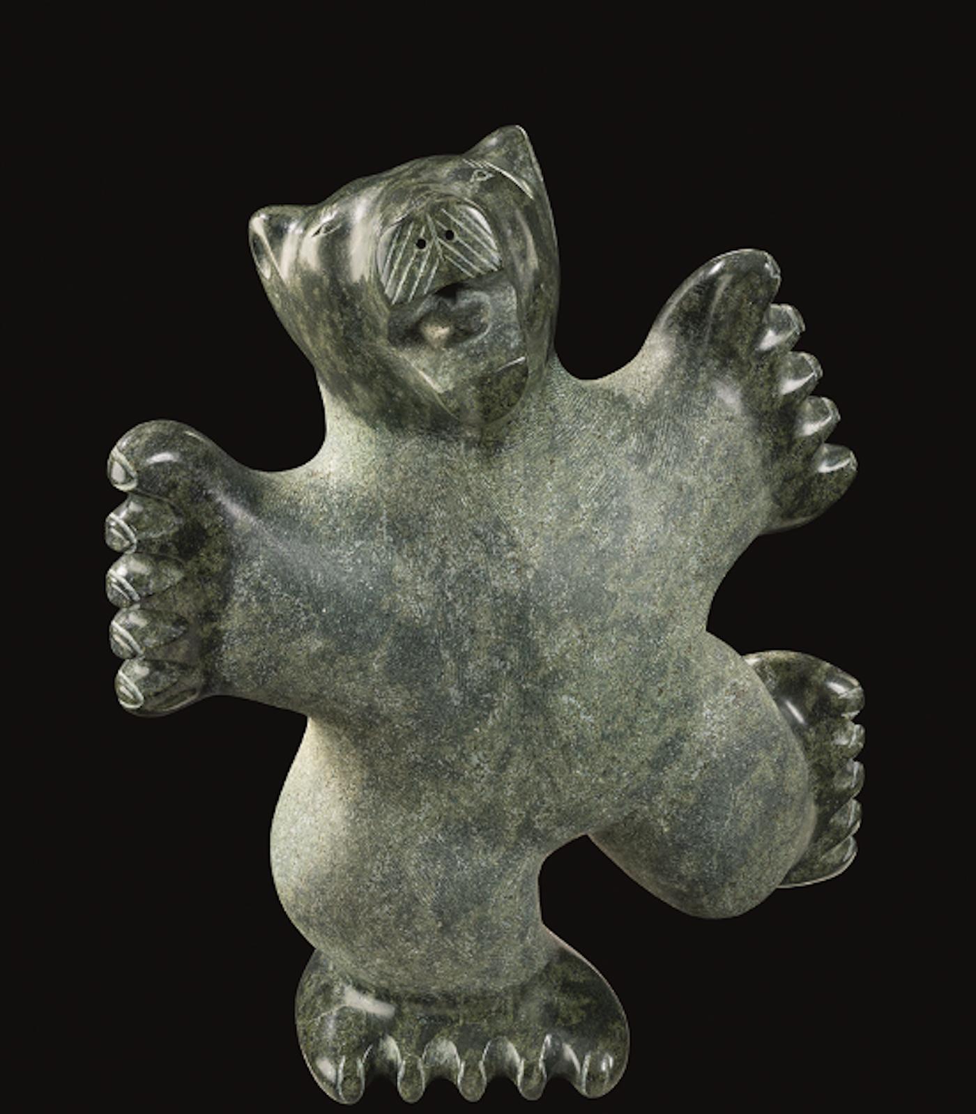 Una statua a forma di orso esposta alla mostra Grand Nord, Art Inuit