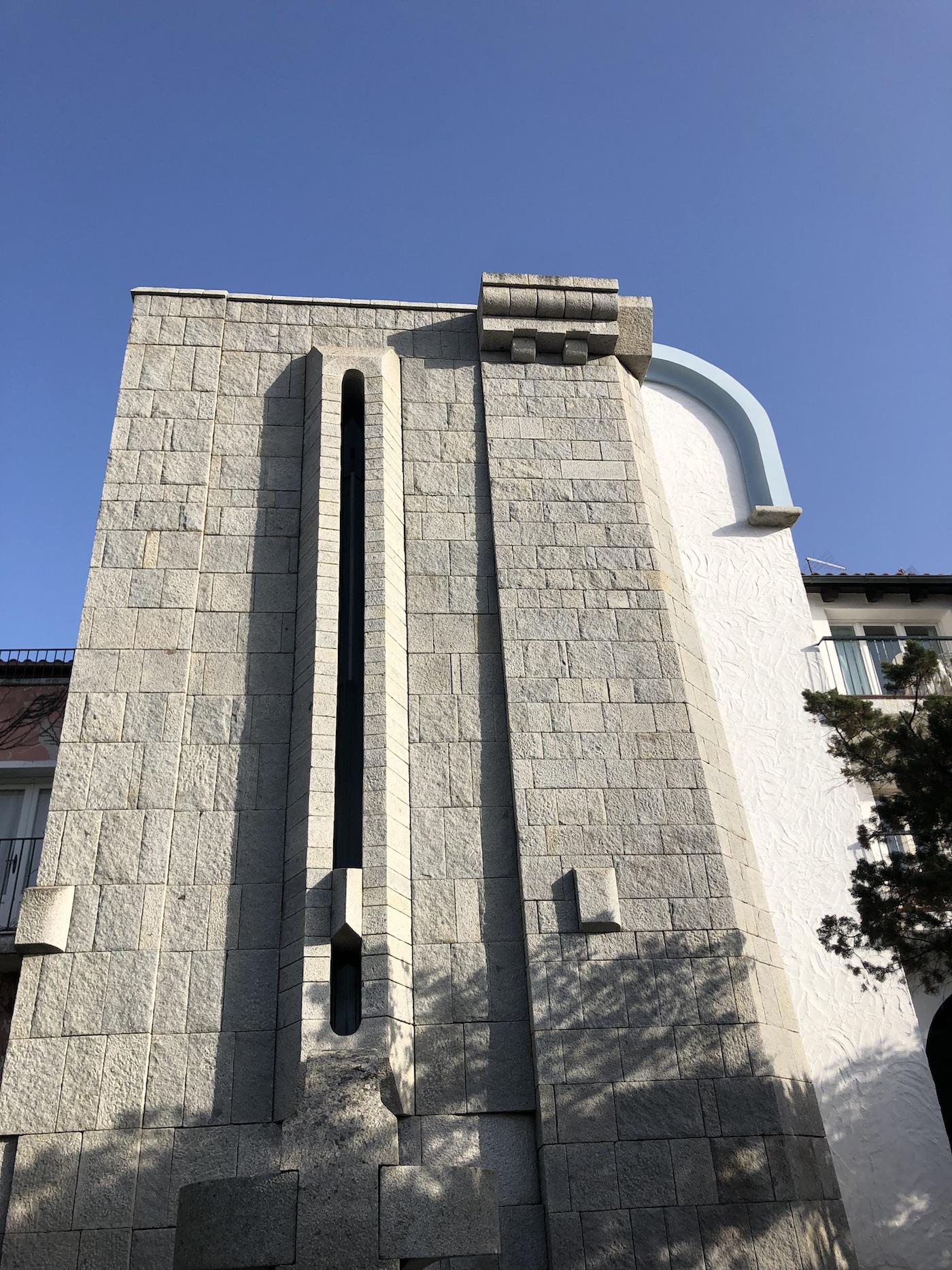 La facciata della chiesa di San Lorenzo a Porto Rotondo
