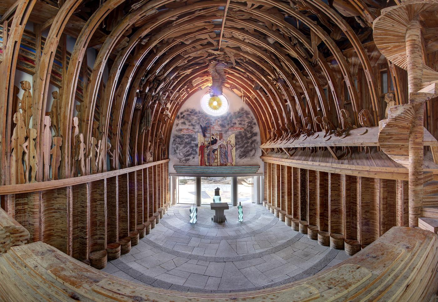 L'interno della chiesa di San Lorenzo a Porto Rotondo, creato dall'artista Mario Ceroli - foto Fondazione Porto Rotondo