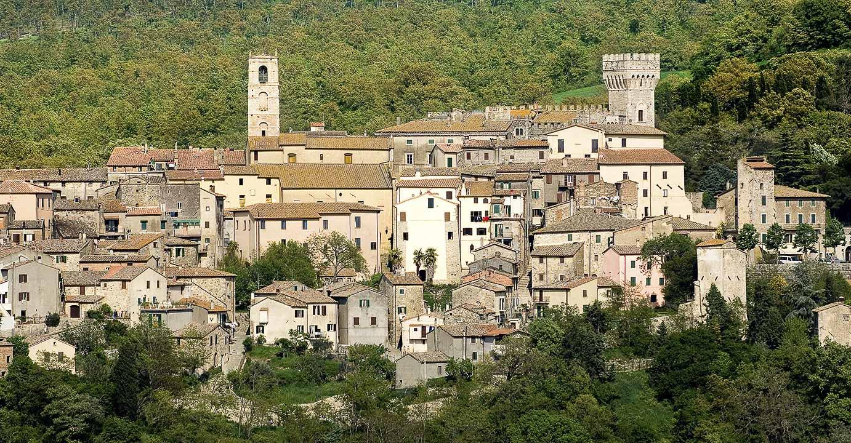 Il borgo di San Casciano dei Bagni, meta di personaggi del mondo dello spettacolo e famoso per la struttura termale di Fonteverde