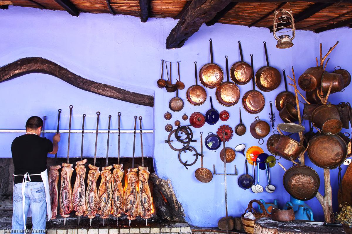 Supramonte - Preparazione del classico maialetto nelle cucine dell'hotel Su Gologone